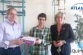 Atlantis seguros entrega una tablet al guanyador de la Olimpíada Química